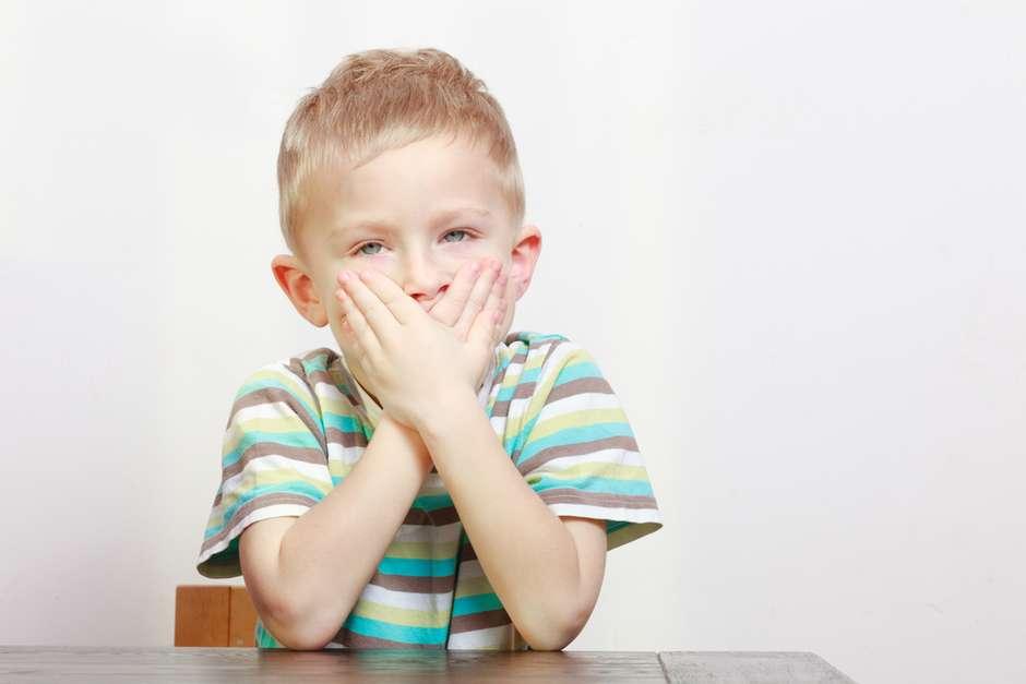 Criança com dente para frente
